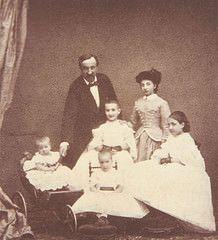Antoine d'Orléans (1824-1890), duc de Montpensier, époux de la princesse Louise Fernande de Bourbon (1832-1897),avec ses filles : Marie-Isabelle (1848-1919) Marie-Amélie (1851-1870) Marie de La Régla (1856-1861) Marie de las Mercedes (1860-1878)