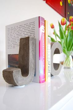 DIY Concrete Letter Bookends My love affair with all things concrete goes back a long way. I started my first concrete experiments about 12 . Concrete Crafts, Concrete Art, Concrete Projects, Concrete Design, Concrete Garden, Stamped Concrete, Polished Concrete, Diy Monogramm, Papercrete