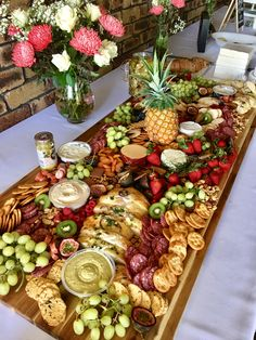 Wedding Food Platters Wine For 2019 Party Platters, Party Trays, Snacks Für Party, Food Platters, Cheese Platters, Fruit Party, Food Buffet, Parties Food, Brunch Buffet