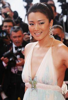 Brillant Gong Li ...  Modish Dame...   In June 1998, Gong Li became a recipient of France's Ordre des Arts et des Lettres.