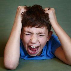 Junge hat einen Wutanfall