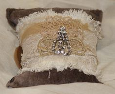 Shabby with dangling bling! Make All, How To Make, Fabric Bracelets, Cuffs, Dangles, Shabby Chic, Objects, Bling, Throw Pillows