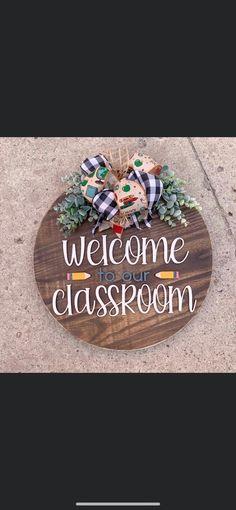 Cute Crafts, Diy Crafts To Sell, Teacher Appreciation Gifts, Teacher Gifts, Vinyl Crafts, Wood Crafts, Wooden Door Signs, Wood Circles, Diy Wreath