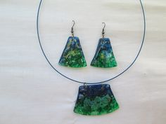 Conjunto  de aros y colgante para el cuello hechos a mano con CD reciclados...$4.000