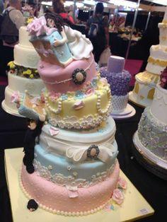 Romántico pastel en torre, inclinado y con pareja de novios