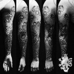 #geometric #geometrictattoo #mandaladotwork #mandala #mandaladot #blacktattoo #blacktattooart #sacredgeometry #tattoo #tattooart #tattooartist #leonrojotattoo