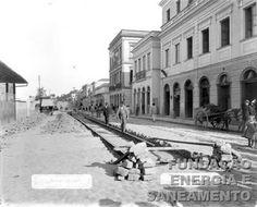 1899 - Obras de assentamento de trilho na rua 25 de Março, em trecho próximo ao Mercado Caipira. Tomada feita em direção à avenida Rangel Pestana. Fonte: Fundação Energia e Saneamento - Museu da Energia.