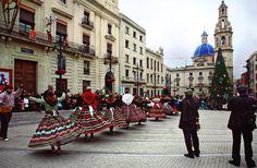 """""""Les Pastoretes"""" otra peculiaridad de la #Navidad Alcoyana, una cabalgata infantil con niños y niñas vestidos con la indumentaria de pastores desfilan sobre carros y grupos de baile repartiendo caramelos y aleluyas. #Alcoy #Alcoi"""