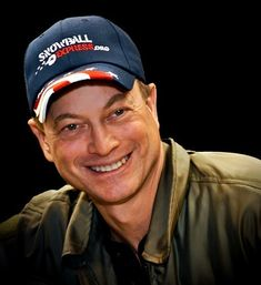 "This man demonstrates what it is to give pure love! He is one awesome man! ""Gary Sinise - admirable work on behalf of our nation's veterans"" Col. Gary Sinise, Les Experts, We Are The World, Famous Faces, Famous Men, American Pride, Kinds Of People, Film, Movie Stars"