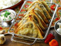 Spicy Vegetarian Lentil Samosas- an Indian street food classic made oven-crisp. With easy step-by-step samosa wrapping guide!--recipe includes the vegan swap :) Indian Food Recipes, Vegetarian Recipes, Cooking Recipes, Fast Recipes, Healthy Recipes, African Recipes, Vegan Meals, Curry Recipes, Samosas