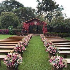 """""""Bom dia!!!!! Decoração linda do @fabioborgatto1 em Fazenda! Amei a combinação de cores!!! Inspiração de segunda! #lkgifts #luxurywedding #casamento…"""""""