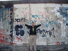 Google Afbeeldingen resultaat voor http://images.travelpod.com/users/jcharwell/1.1244865600.me-at-the-berlin-wall-east-side-gallery.jpg