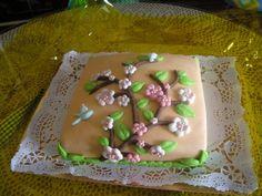 Tarta de cumpleaños con flores de cerezo.