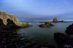Me gusta hacer fotografía nocturna cuando tengo ocasión y las condiciones meteorológicas son propicias.   Aquí vemos el Arrecife de las Sirenas durante una larga exposición, creando un arco de estrellas enmarcando la roca principal. La luz del faro que hay a la derecha ilumina perfectamente las rocas y crea sombras muy contrastadas y definidas.  Canon 5D Mark III, 16mm, f/4, ISO 3200.  @igersalmeria @viajar @natgeotravel  #arrecifedelassirenas #cabodegata #almeria #paisaje #paisajenocturno…