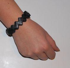 1: klip en masse ringe i en mellembred slange 2: Fold dem på midten 3: Før en anden ring foldet ind i hullerne 4: Sæt en tændstik fast i den ene ende for at holde styr på den 5: Fortsæt med at &#82…