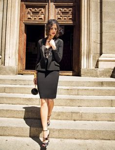 Eva González - Blog 'Las Tentaciones de Eva' 2012/2013 http://las-tentaciones-de-eva.blogs.elle.es/2013/08/06/asi-se-hizo-1a-parte/ chaqueta y falda de DIOR. Body de encaje de TRIUMPH. La cruz es de POMELLATO, las pulseras de SUÁREZ y el bolso de YVES SAINT LAURENT. Los zapatos son iguales que los de la anterior foto pero en color negro, de DIOR
