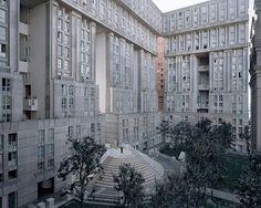 法國攝影師 Laurent Kronental 在過去的四年走訪法國大諾瓦西區,拍攝紀錄一些已被遺忘的後現代建築公屋,還有仍住在那裡的老人,拍攝計劃名為「未來的記憶」。