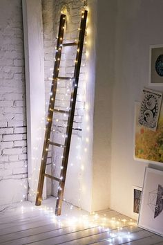 Utiliza las tradicionales luces en cadena de navidad para darle un toque especial a tu hogar en cualquier época del año.