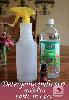 Come lavare i vetri, ricetta detergente fatto in casa spruzzino plastica bianca gialla fiori gerbere rosa barattolo vetro tavolo legno noce bottiglia aceto bianco boccetta olio essenziale sedie