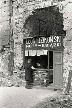 Bookstore in the ruined by Warsaw Photo: Karol Szczeciński - Poland - Warszawa (Warsaw), 1945 Poland Ww2, Germany Poland, Old Photos, Vintage Photos, Poland People, Old Street, Historical Images, Pictures Of People, Cool Countries