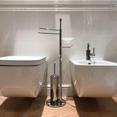 #piantana #bagno #linea #minimal #completa di #porta #scopino #rotolo #sapone in #vetro #satinato e #salviette #bidet.  Linea #moderna ed #essenziale in esclusiva per il #laboratorio #artigiano #idearredobagno
