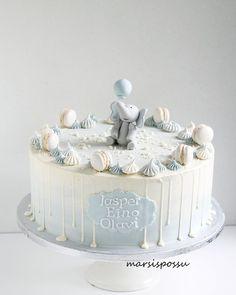 Ristiäiskakku poikavauvalle 💙 Täytteenä valkosuklaa- ja vadelmamousse. . . . #christeningcake #christening #instacake #cakestagram #babyboy #elephant #meringue #macaron #ristiäiset #ristiäiskakku #poikavauva #tilauskakut #vuosaari #helsinki #marsispossu