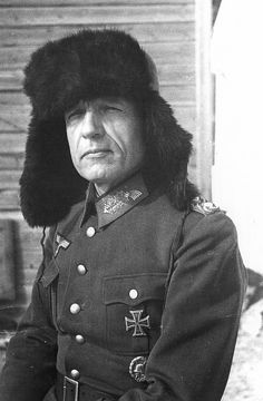 """1943, Russie, Stalingrad, Portrait du """"General der Artillerie"""" Walther von Seydlitz-Kurzbach POW, commandant du LI. Armeekorps, réalisé après sa capture   Décorations : - Croix de fer (1914) II. et I. Classe - Croix de chevalier de l'Ordr royal de Hohenzollern mit Schwertern - Croix hanséatique de Hambourg  - Insigne des blessés (1918) en Argent - Médaille de service de longue durée de la Wehrmacht IV. à I. Classe - Agraphe de la Croix de fer II. Classe le 17 mai ..."""