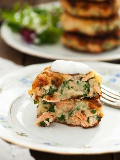 Salmon cakes with chives and garlic sauce