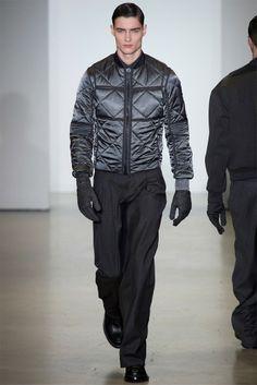 Toujours enclins à créer des vêtements fonctionnels pour hommes avec un oeil pour le détail, la collection de Calvin Klein pour l'hiver 2014 par le créateur Italo Zucchelli met en vedette certaines pièces phares de la garde-robe masculine. #calvinklein #milan #runway #menswear #fashionweek #trends #winter2014