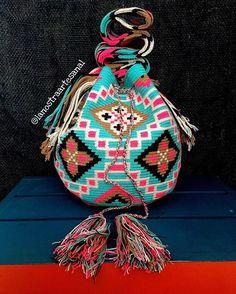 Wayuu Bags Multicolor 🌸💎🌸💎🌸💎🌸 - Handmade - Original Wayuu @lanostraartesanal Tapestry Bag, Tapestry Crochet, Yarn Projects, Poufs, Crochet Bags, Handbags, Purses, Christmas Ornaments, Sewing