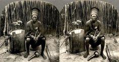 Chefe Bakete (?) com instrumentos musicais nativos no Congo. A partir de uma série de fotografias africanas 3-D antigas, com mais de 100 anos de idade.  Fotografia: Okinawa Soba (Rob) no Flickr.