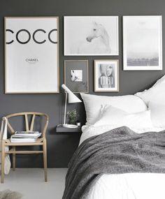 chaise scandinave, linge de lit blanc, couverture de lit grise, deco murale inspirée de la mode, mur couleur gris anthracite, chambre scandinave