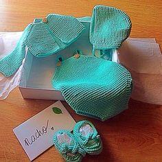 Conjunto recién Diy Crochet, Crochet Baby, Knit World, Lion Brand Yarn, Baby Sweaters, Baby Knitting Patterns, Baby Dress, Lana, Baby Boy