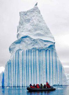 Gestreepte ijsberg bij Antarctica. De blauwe strepen ontstaan als smeltwater dat in spleten sijpelt in korte tijd weer bevriest waardoor luchtbelletjes geen kans krijgen.
