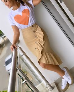 La imagen puede contener: una o varias personas, personas de pie y calzado Lazy Day Outfits, Simple Outfits, Classy Outfits, Trendy Outfits, Modest Fashion, Fashion Dresses, Pencil Dress Outfit, African Fashion Skirts, Fancy Wedding Dresses