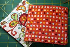 Cute little xmas gifts. Quilted Coasters, Fabric Coasters, Scrap Fabric Projects, Fabric Scraps, Mug Rugs, Christmas Gifts, Diy Crafts, Crafty, Quilts