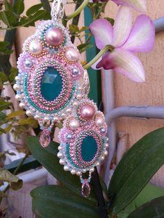 Orecchini in embroidery,tessitura e brick stich nei colori del rosa antico,bianco,verde-azzurro,oro#gioielli colorati#swarovski#handmade#gioielli italiani#fashionstyle#fattiamano