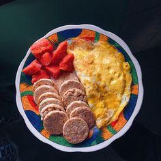 Bombom dia sábado! Queria relatar que falta poucoooooo e se você não se mexeu, ainda dá tempo. Depois do treino de , vou almoço com a velha vovózinha . . . Hoje temos rice cakes pro café da manhã, com direito a dois ovos, mamão e COFFEE puro. . . . . . . .  #iifym  #academia #foodporn #esmagaquecresce  #treinoedieta #instafitness #dieta #eatclean  #receitafit #healthy #healthychoices #food #fit #fitness #gym #comidadeverdade  #tips4life  #flexibledieting #ricecake #egg #saturday #...