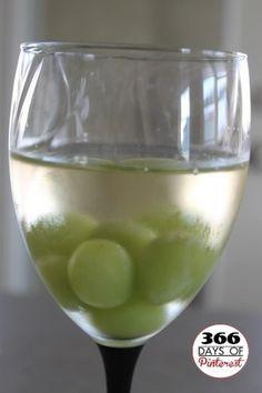 Bevroren druiven om de wijn koel te houden. Erg handig en lekker!