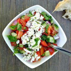 Dieser schnelle Schopska-Salat mit Tomate, Gurke, Paprika und Feta steckt voller toller Aromen. Der Salat passt perfekt zu Brot oder zu gegrillten Fleisch.