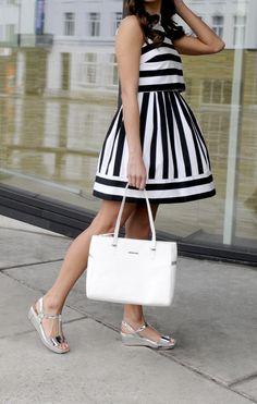 4fd55019eca5c9 Zwart-witte jurk met metallic sandalen