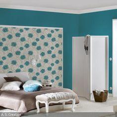 Eine Wandgestaltung in Türkis kann erdrückend wirken, doch mit der Tapete mit Blumenmuster werden in diesem Zimmer auflockernde Akzente gesetzt. Weiße…