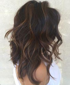Tagli capelli medio lunghi di colore castano con colpi di sole più chiari e  messa in e1562d00393a