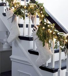 noël déco escalier chaussettes blanches guilrandes lumineuses