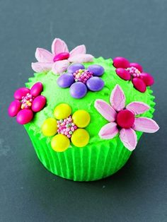 Flower Power-Simply frost, and arrange sliced min marshmallows and candy-coated chocolates into circles to create sweet, edible flowers. from Dress up your Cupcake