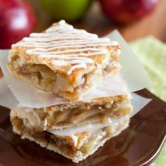 Apple Pie Bars with Vanilla Glaze - everything you get in apple pie but in hand hold-able form, LOVE these! #foodgawker