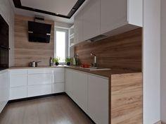plan de travail cuisine, crédence en bois stratifié et armoires blanches sans poignées
