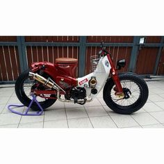 Street Cub is a modified Honda made to look modern but at the same time holds it unique flair of the Honda design. Honda Scooters, Motos Honda, Honda Bikes, Honda Motorbikes, Honda Cub, Small Motorcycles, Custom Motorcycles, Custom Moped, Custom Bikes
