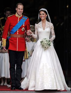 La duquesa de Cambridge apostó por un traje clásico, pero con un 'twist': en colores marfil y blanco, con chantilly y escote corazón. La falda tenía mucho volumen, flores de seda y continuaba en una cola de tres metros. Era obra de Sarah Burton, directora creativa de Alexander McQueen.