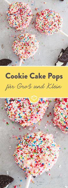 Easy peasy Cake Pops für Eilige: so ein Cream-Cookie macht am Stiel und im hübschen Mäntelchen aus weißer Schokolade mit bunten Streuseln richtig was her.